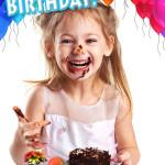Kind zum Geburtstag mit Schokoladenkuchen