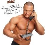 sexy Muskel-Mann mit Festnetztelefon in der Hand
