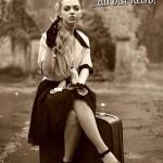 Rauchende Frau im Rock sitzt auf Koffer - Geburtstagsspruch im Retro-Look