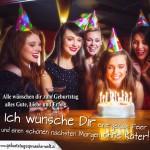 Glückwunsch zum Geburtstag für die Freundin mit junger Frau die die Kerzen auf ihrem Geburtstagskuchen ausbläßt