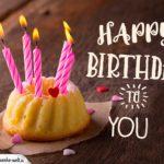 Happy Birthday - Kleiner Geburtstagskuchen mit brennenden Kerzen und Herzen